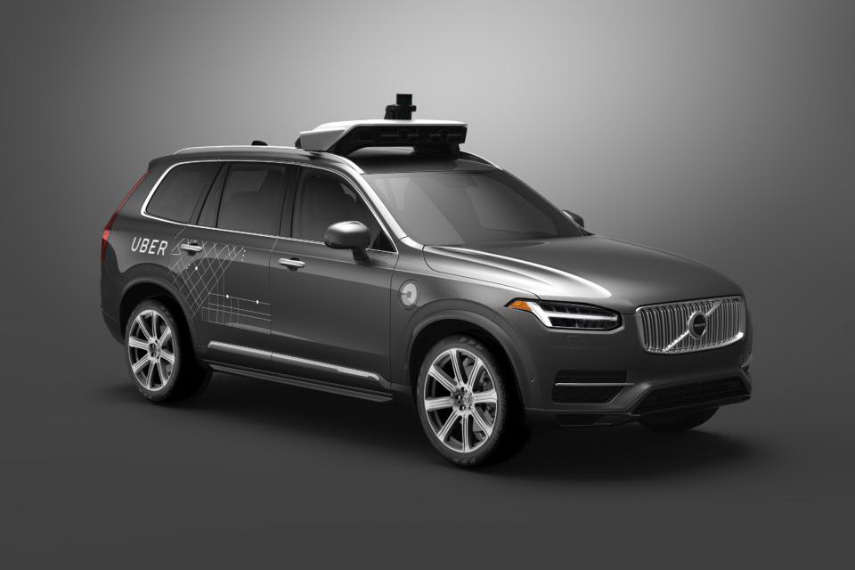 大家態度之所以轉變,是因為前陣子發生太多自動駕駛汽車事故,包括今年3月一輛Volvo XC90自動車在自動駕駛測試中撞死行人。(圖片來源:http://www.autoexpress.co.uk/volvo/xc90/99012/uber-resumes-self-driving-car-tests-after-arizona-crash)