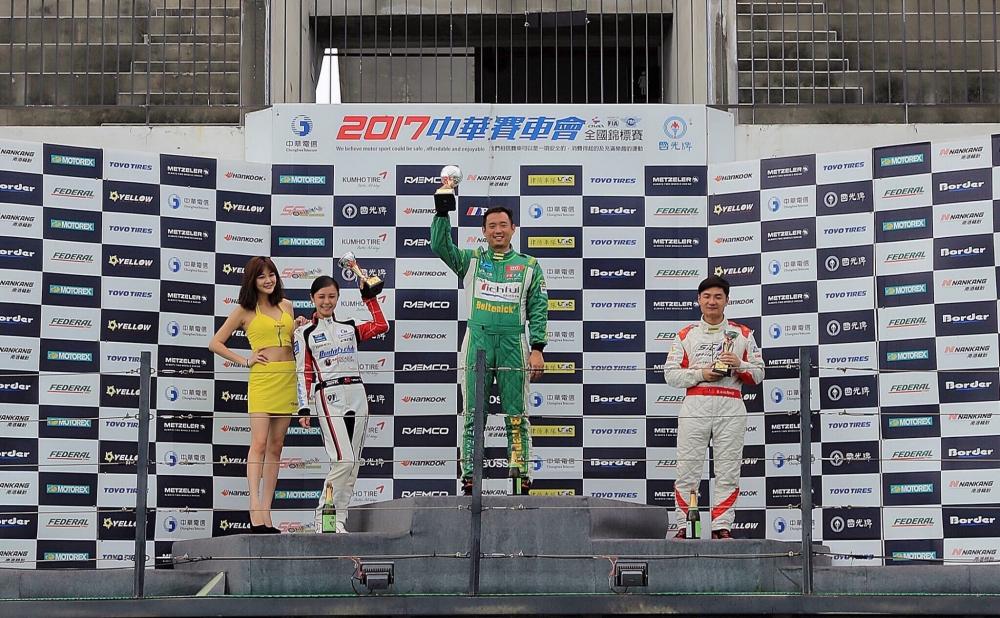 2017年中華賽車會全國錦標賽頒獎台上,這唯一的女孩子令在場車友們大感驚艷。圖/Iris提供