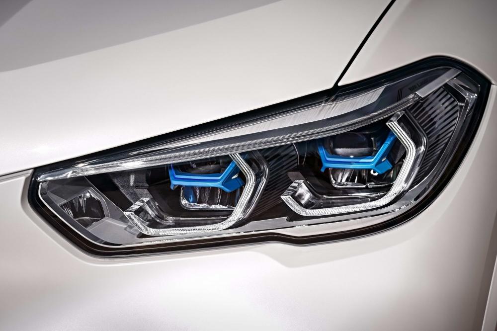 前衛設計智慧雷射頭燈以湛藍色「X」型燈組搭配經典四環造型呈現,照明距離高達500m(圖片來源:BMW)