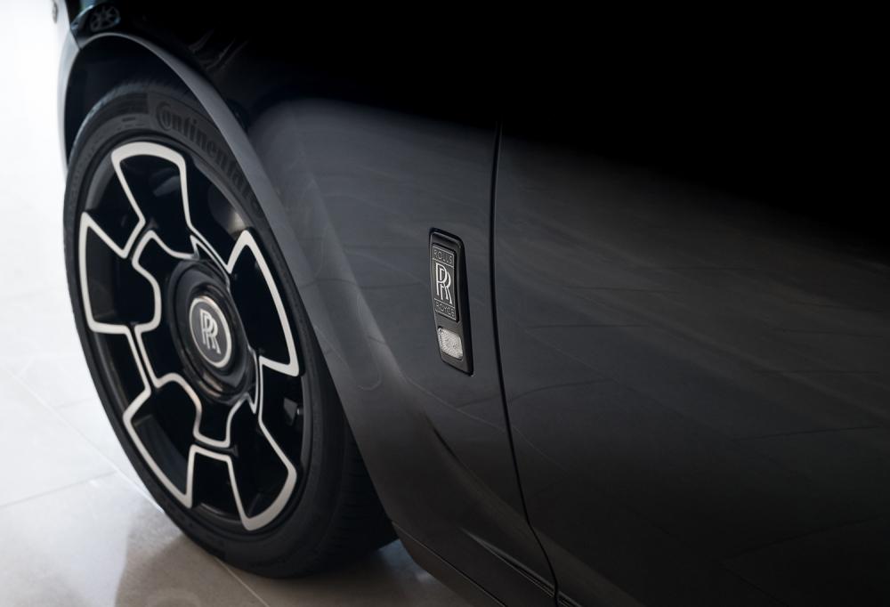 車側改為黑底銀漆的雙R徽章