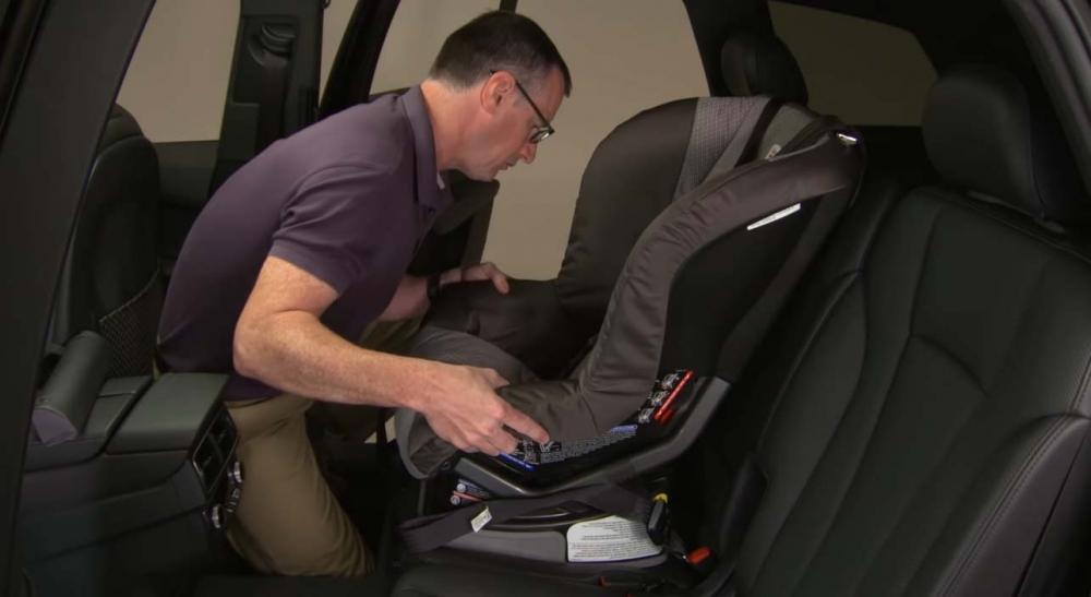 由於大部份多功能休旅車主要為家用,IIHS也對兒童安全座椅(LATCH)系統進行測試(圖片來源:https://www.youtube.com/watch?v=Ec7HimSSAXM)