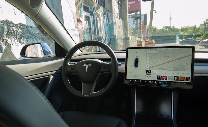(圖片來源:https://www.autoguide.com/auto-news/2018/10/musk-tesla-self-driving-autopilot-chip-coming-2019.html)