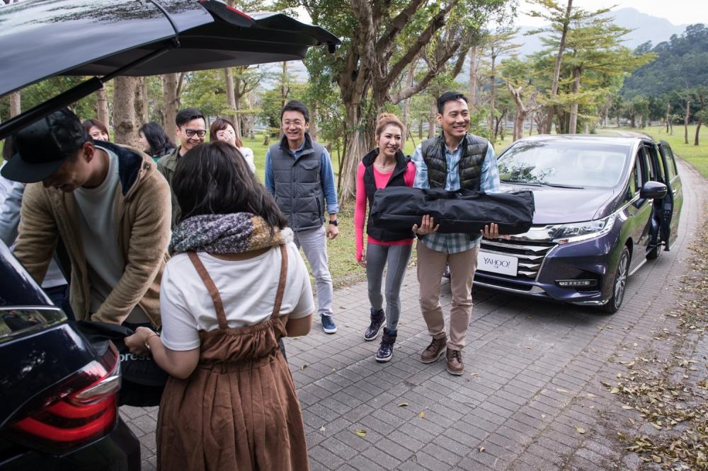 偷偷跑去試車的艾力克斯等一行人抵達目的地之後被另一台車的朋友抱怨了一下下呢~但大家還是很開心的一起卸裝備,準備露營!