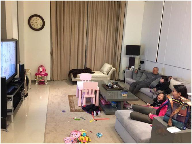 以家庭為生活重心的夏黃廉盈,最常待的空間就是家中的開放式廚房和全家聚在一起的客廳。