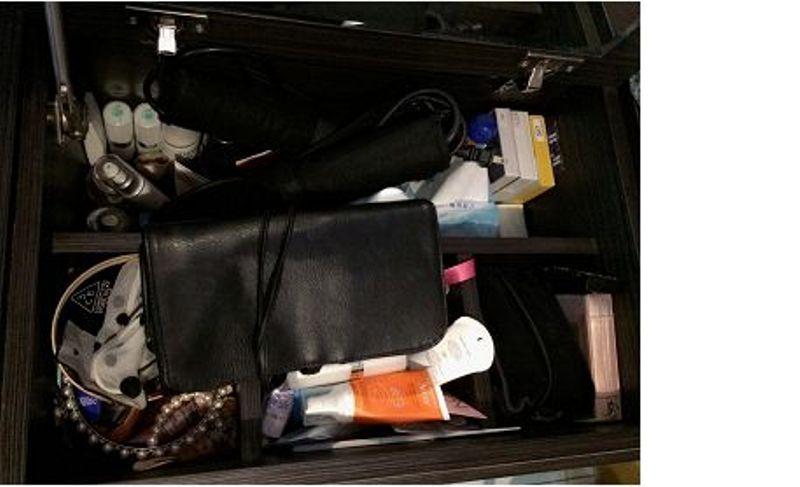 化妝櫃底下還藏有置物空間,把瓶瓶罐罐都「藏」起來了。