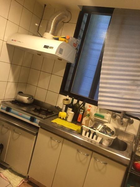 台北租屋處也有個廚房,和室友要煮東西超方便。