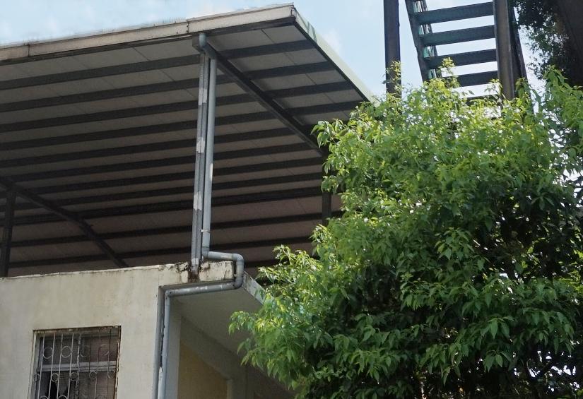 鐵皮屋頂內可加裝隔熱材,頂外也可塗白漆,讓隔熱效能加倍。