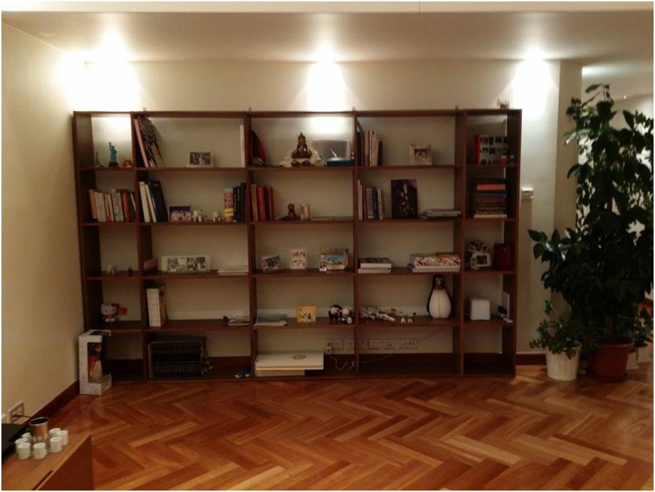 愛書的兩人,客廳也有一整面牆是書櫃。
