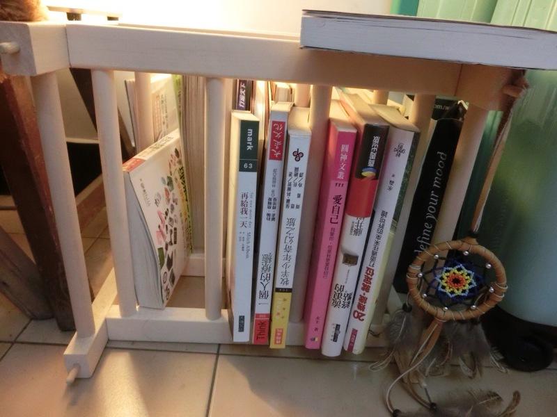 盧佳俐還把紅酒架當書架使用,擺上自己最喜愛的書別有一番風味。