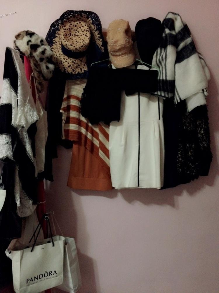胡廣雯利用牆壁的空間,讓牆上也能掛衣服。