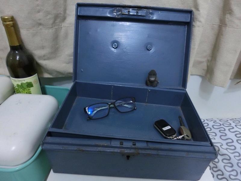 盧佳俐把二手工具箱當作收納箱,底下擺放項鍊、手環等飾品。