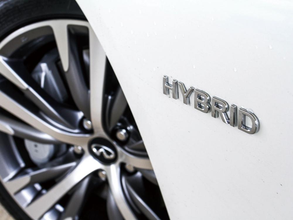 葉子板上有著能証明此車為油電動力的HYBRID鍍鉻銘牌。