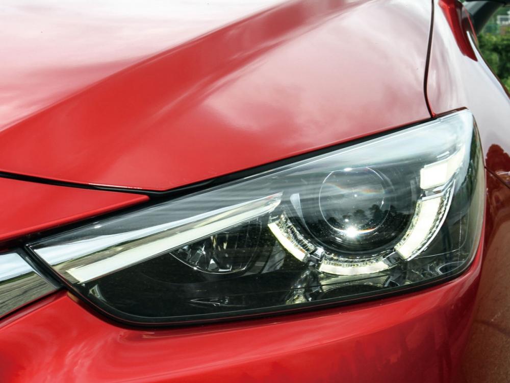 高照度LED頭燈裡整合LED日行燈設計。