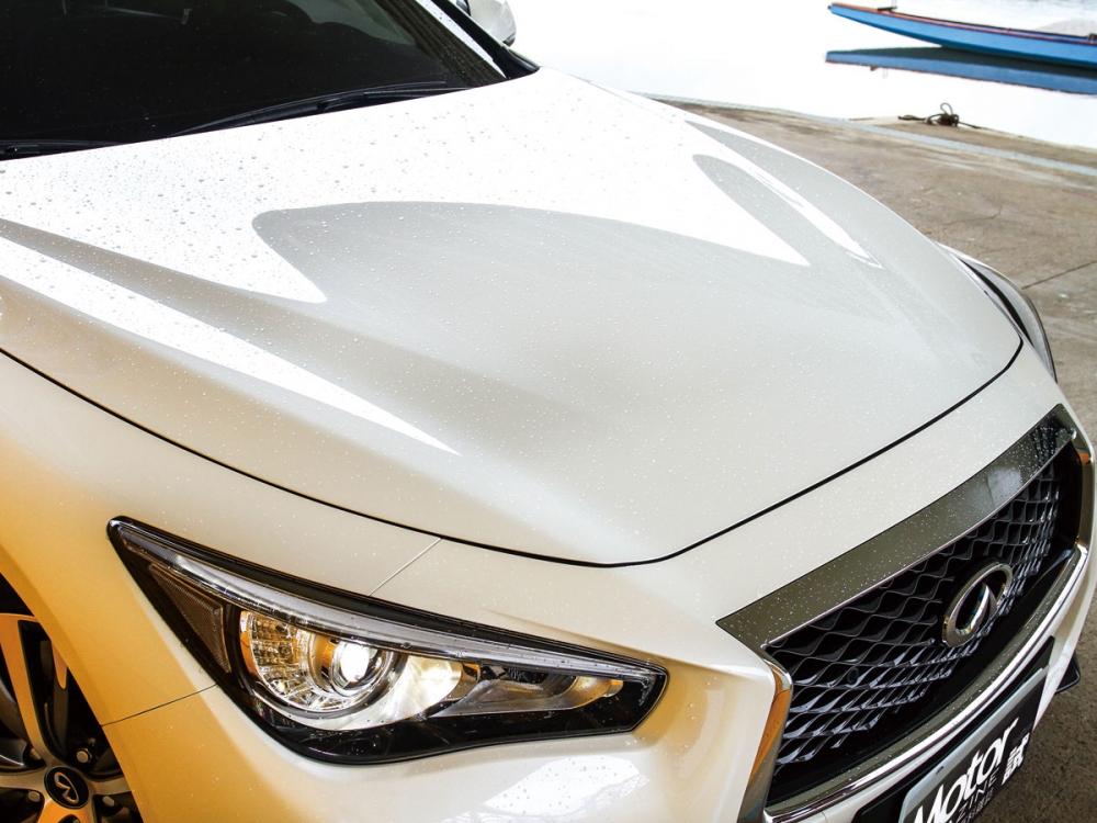從鼻頭與眼頭延伸的引擎蓋折線,令車頭猶如雄鷹般的強烈氣勢。
