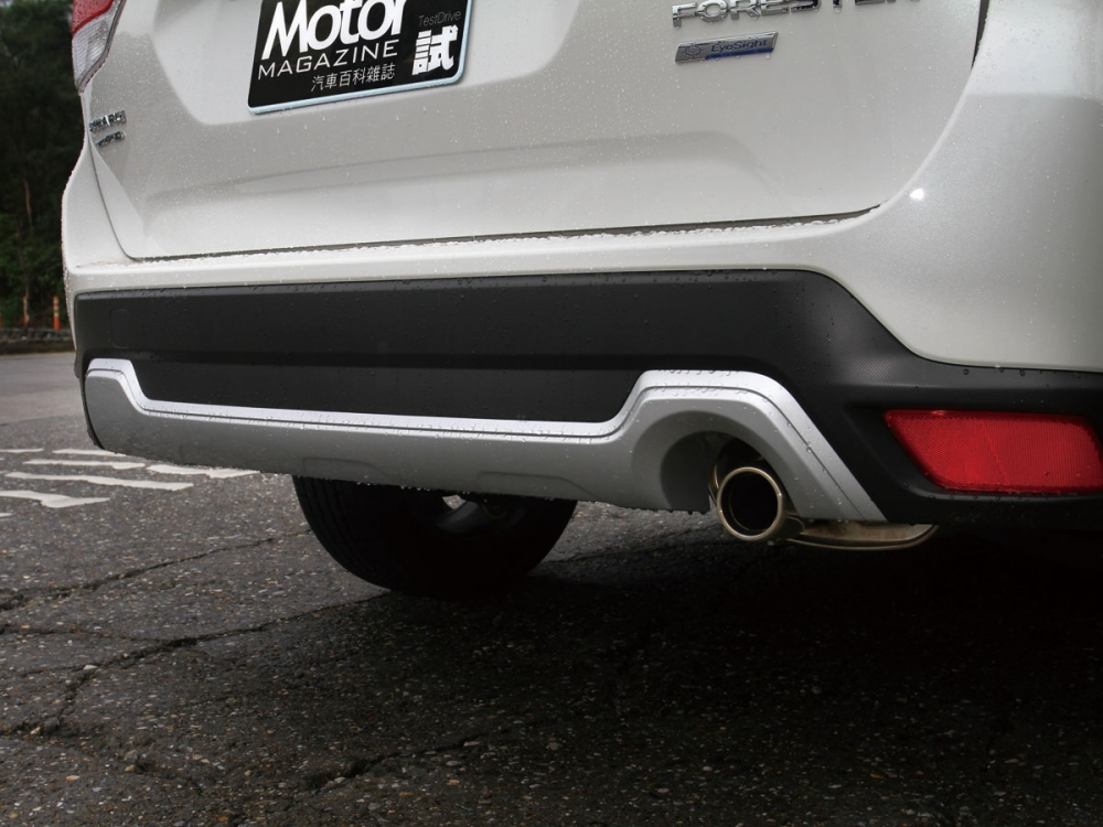 後保桿下方除黑色塑料還配有和車頭相呼應的銀色下護板。