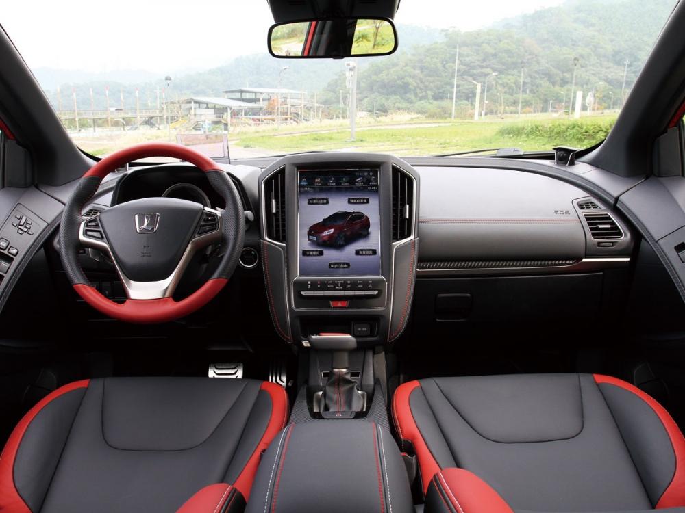 車艙以紅黑雙色為主軸,替整體添增了不少的競技化配色。