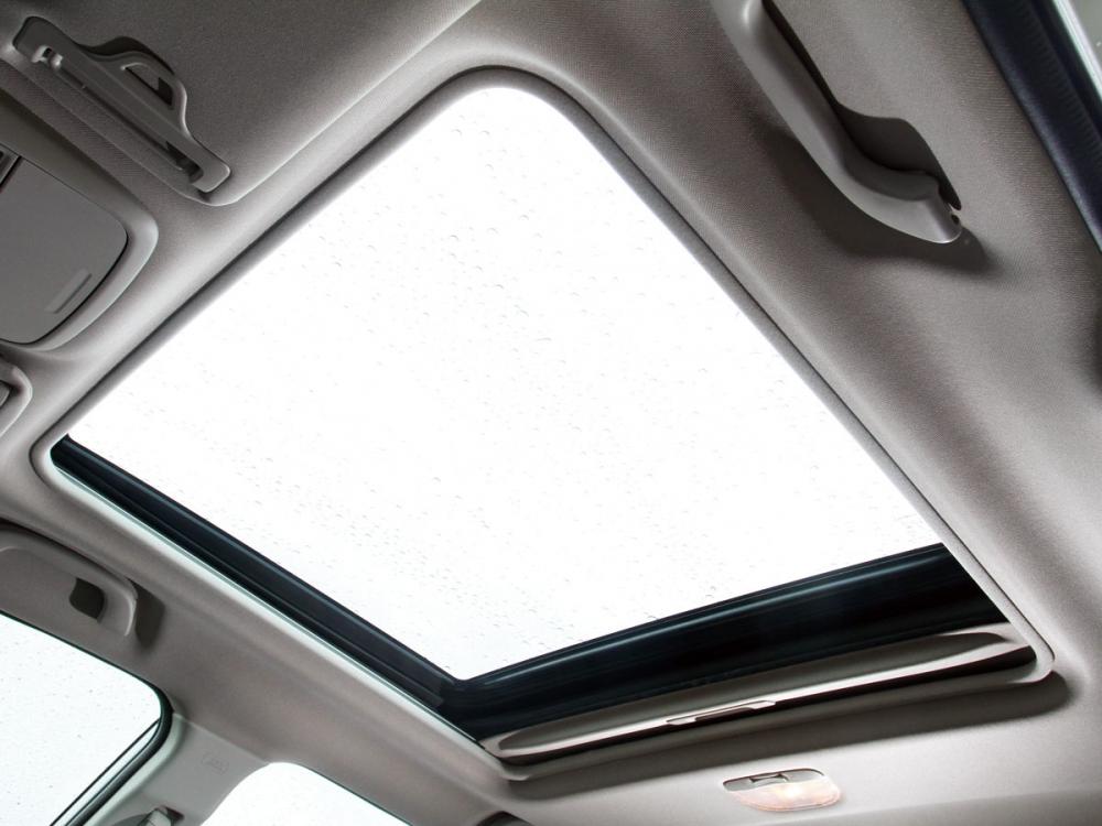 大尺寸天窗對於車室舒適感大幅提升,且支援全開功能。