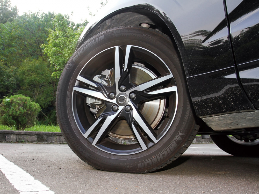 R-Design版本所搭配的輪圈為19吋五輻樣式。
