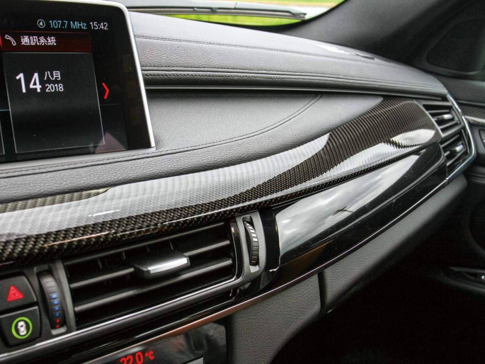 中控台與門邊換上運動指數上升的碳纖維材質飾板。