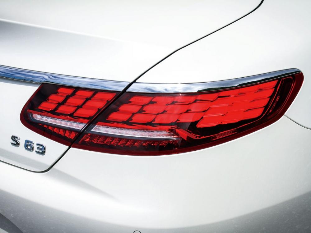 33顆獨立的LED燈排列而成,讓S63 Coup 4MATIC+在行駛時的方向指引、靜態時的上鎖解鎖,呈現的光影變化都足以讓人駐足癡望!