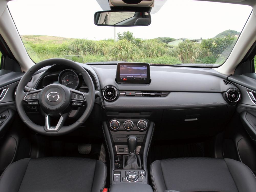 內裝全以穩重的黑色設計並加入皮革飾板,呈現豪華與動感兼具的駕駛座艙。