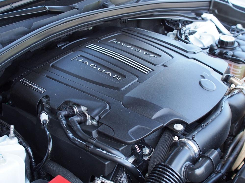 3.0升V6機械增壓引擎,可輸出380hp最大馬力與45.9kgm峰值扭力。