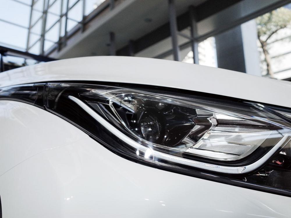 頭燈組維持過往的犀利眼神,照耀寬廣行車視野。
