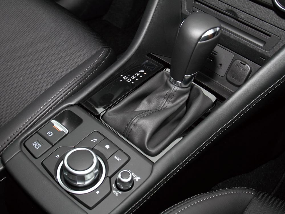 新增電子手煞車及Auto Hold功能大幅增加開車便利性。