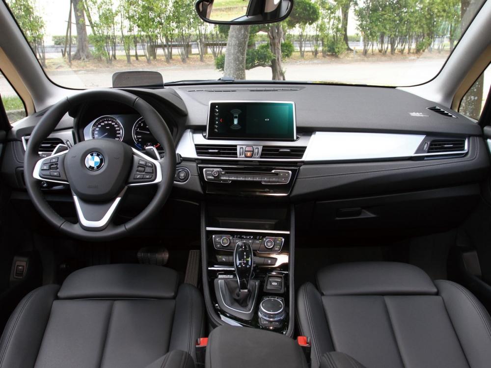 220i Active Tourer的內裝維持BMW一貫的家族風格。