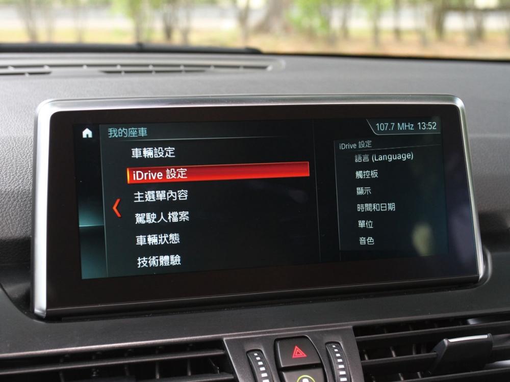 中央搭載選配的8.8吋iDrive觸控螢幕,包含BMW智能衛星導航系統、旅程諮詢秘書和即時路況資訊等實用配備。