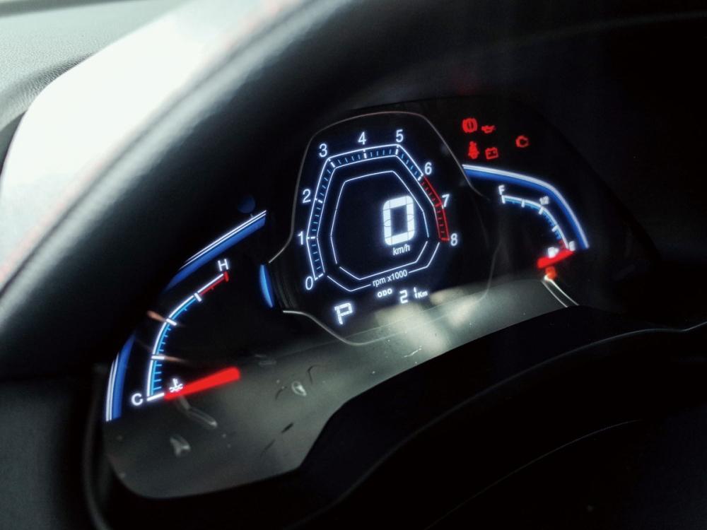 儀表板為三區配置,清晰度優異且資訊顯示明確。