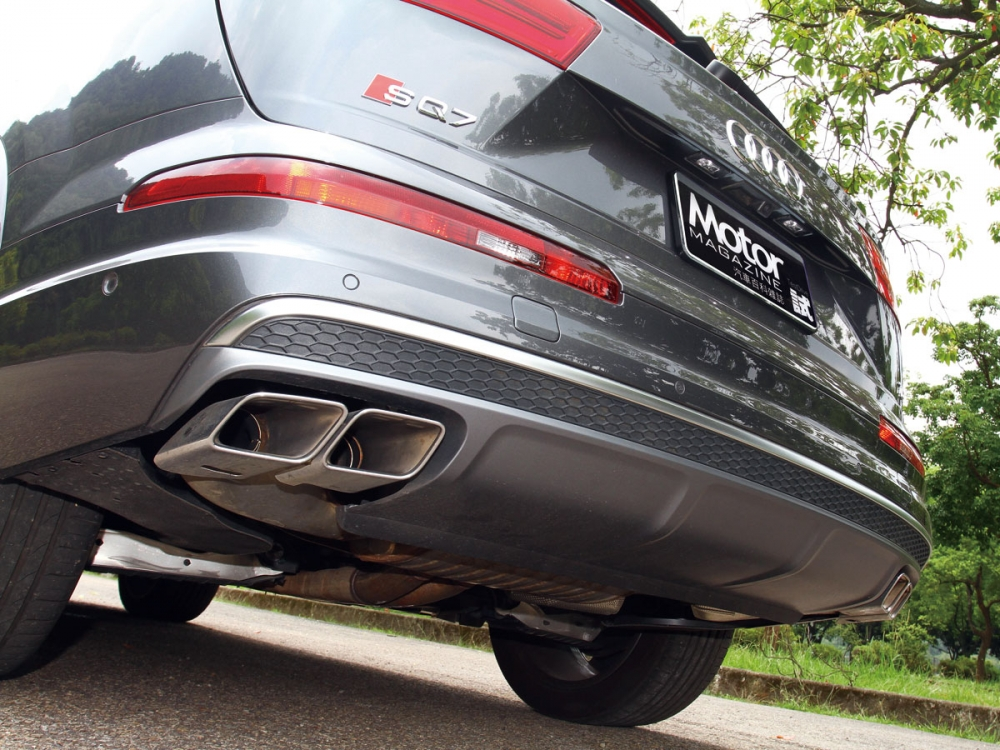 SQ7車尾左右兩側配有鍍鉻四出方形排氣尾管。