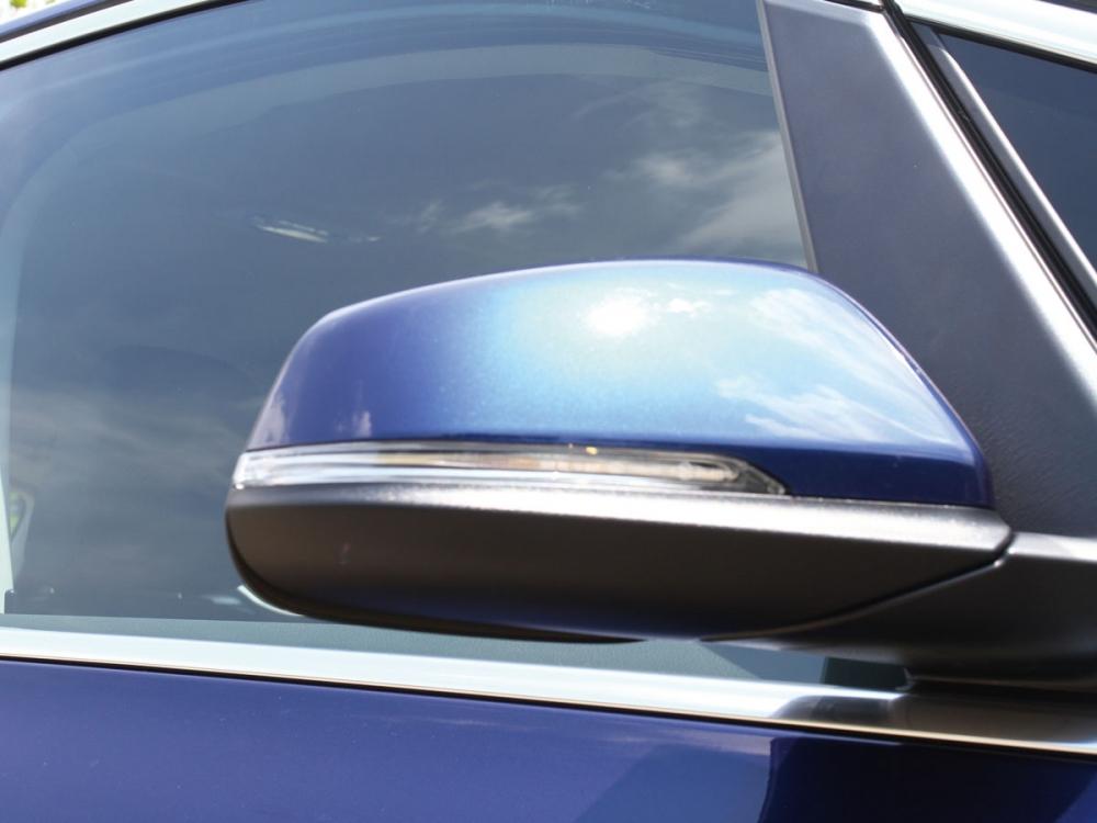 車側方向燈結合於照後鏡中,造型非常典雅。