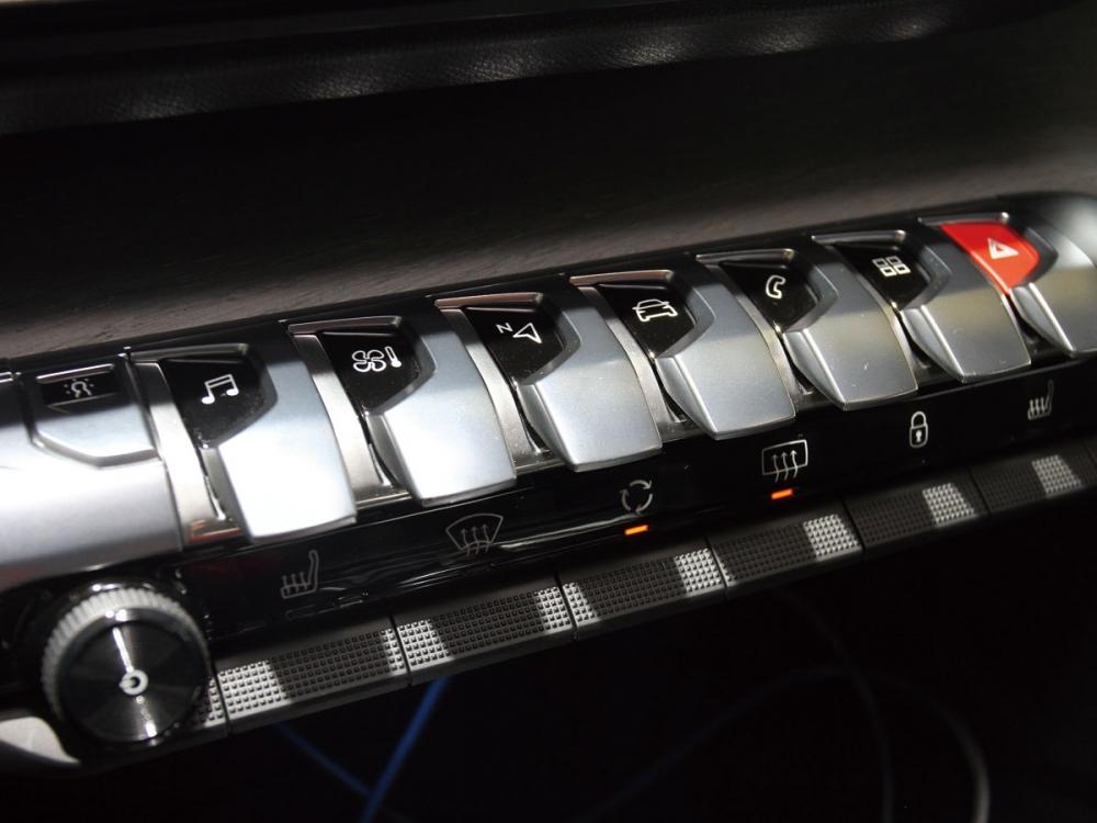 中控螢幕下方按鍵質感優異,並具良好操作手感。