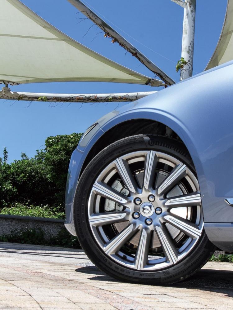 在高階的Inscription車型上,輪圈也標配了19吋Silver-Diamond cut樣式。