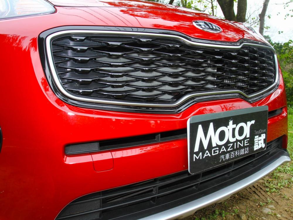 Tiger Nose蜂巢式水箱護罩,為車頭加諸搶眼視覺觀感。