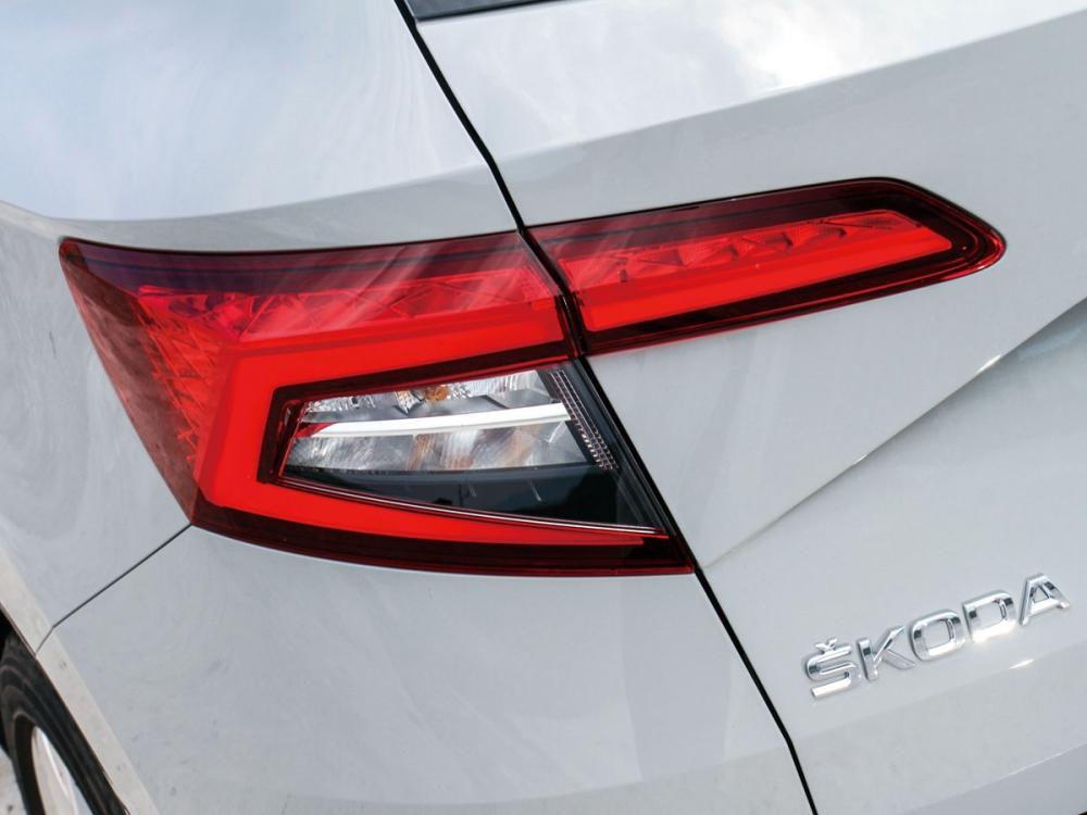 線條醒目且銳利的C型尾燈簡單有力非常美觀。
