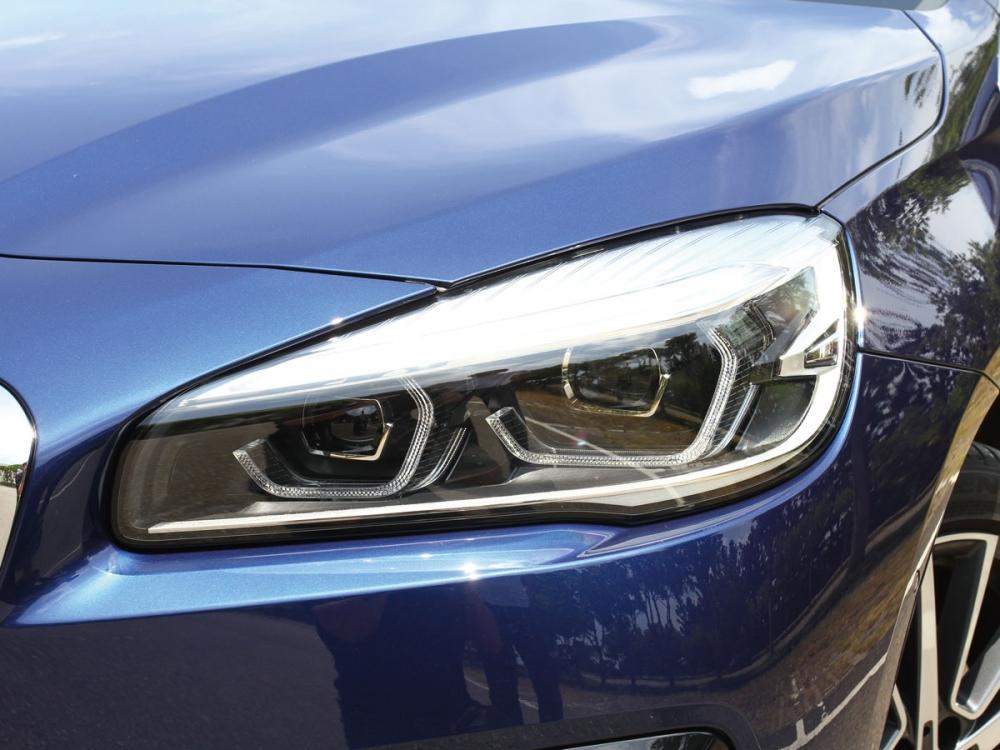 頭燈內換上嶄新的類六角型天使之眼LED日行燈。