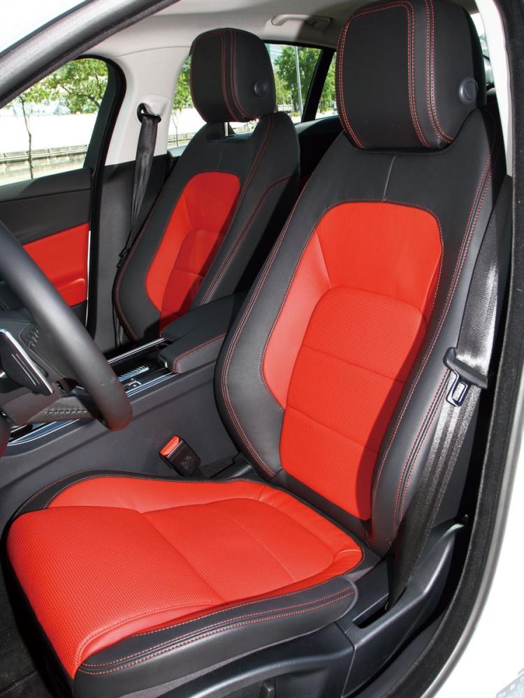 採用雙色透氣皮椅設計,視覺效果與乘坐感受皆屬上乘。