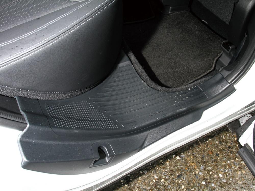 別出心裁的後門檻設計可方便成員站在此處拿取車頂架上的物品。