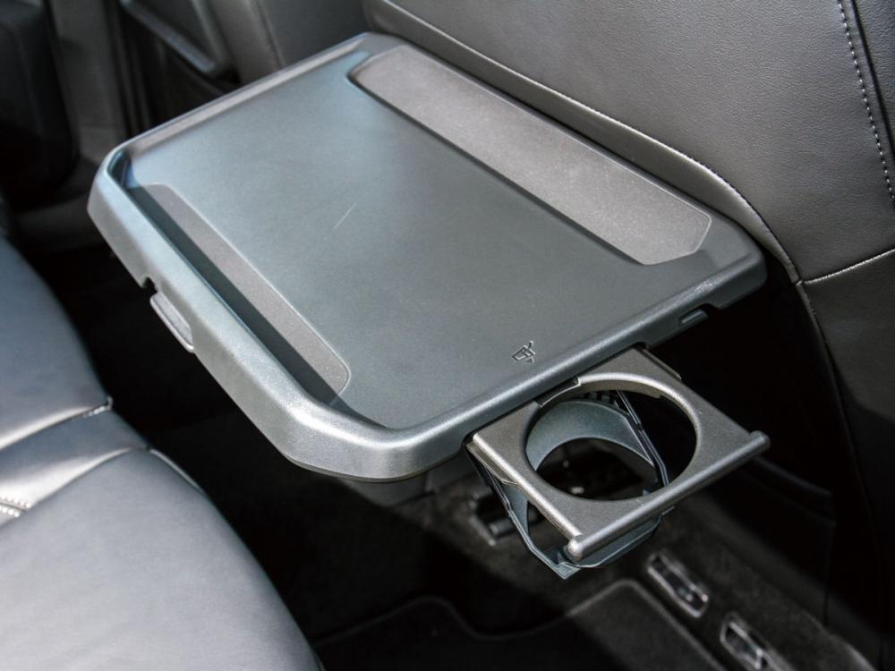雙前座椅背配有摺疊桌和杯架,讓後排乘客在車內用餐或辦公方便許多。