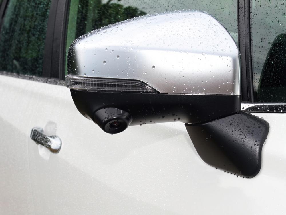 車側後視鏡以霧銀色點綴,且在車輛右側整合車側影像攝影鏡頭。