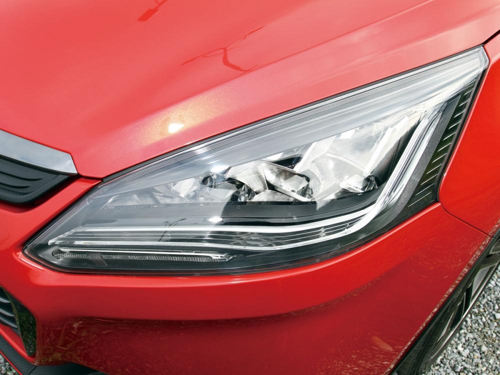 搭載LED頭燈並整合LED極光日行燈,使得車頭賦予極佳神情。
