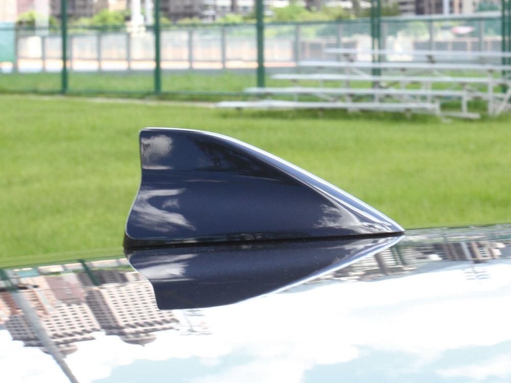 車頂的鯊魚鰭天線不但能與車頭造型相輝映也有助美觀。