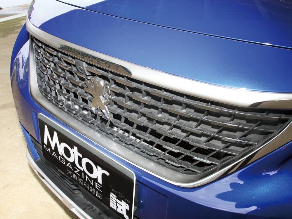 加大的3D立體鍍鉻水箱罩,一舉將車頭的霸氣感帶出。