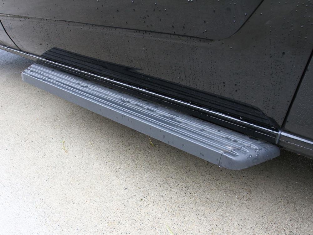 於車側配置了上下車專屬腳踏板,使上下車的落差感受降低,並便於乘客上下車。