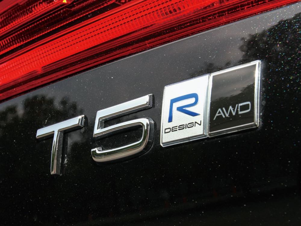 尾門上除了動力銘牌,還有R-Design與AWD的徽章。