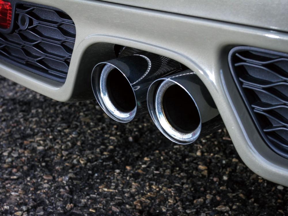中置的雙出排氣尾管成了MINI JCW招牌的車尾特徵。