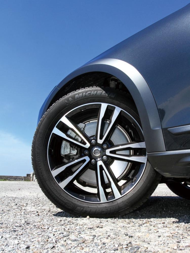 輪拱也導入防刮護條,D5 Pro則是搭配R19吋五輻雙肋式鋁圈。