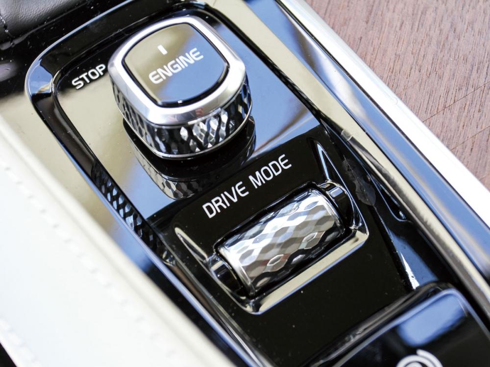 引擎啟閉鈕、行車模式切換皆採用類鑽石切削工法設計。